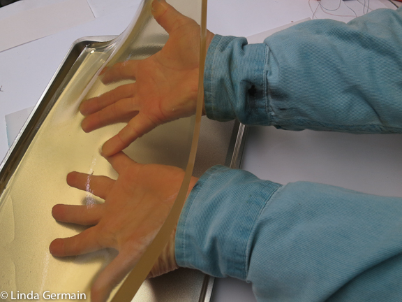 use wide hands to carry the gelatin plate